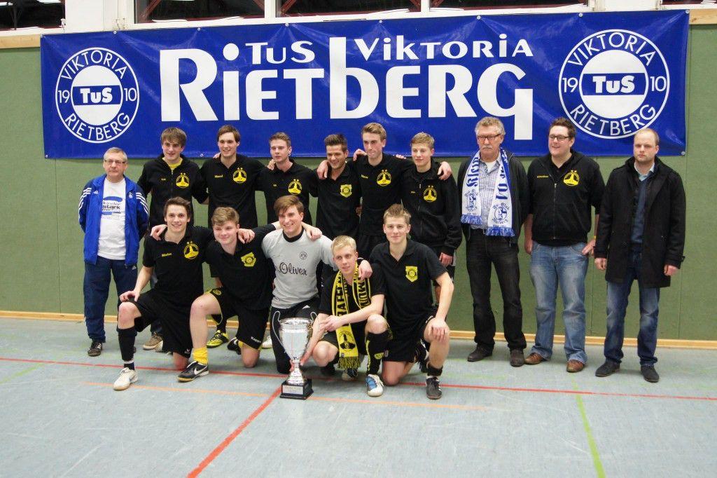 """Bei der Premiere des Derby-Cups 2012 sicherte sich der Rietberger BVB-Fanclub """"Grafschaft Dortmund"""" den Titel und triumphierte als Gastgeber gleich bei der ersten Ausgabe."""